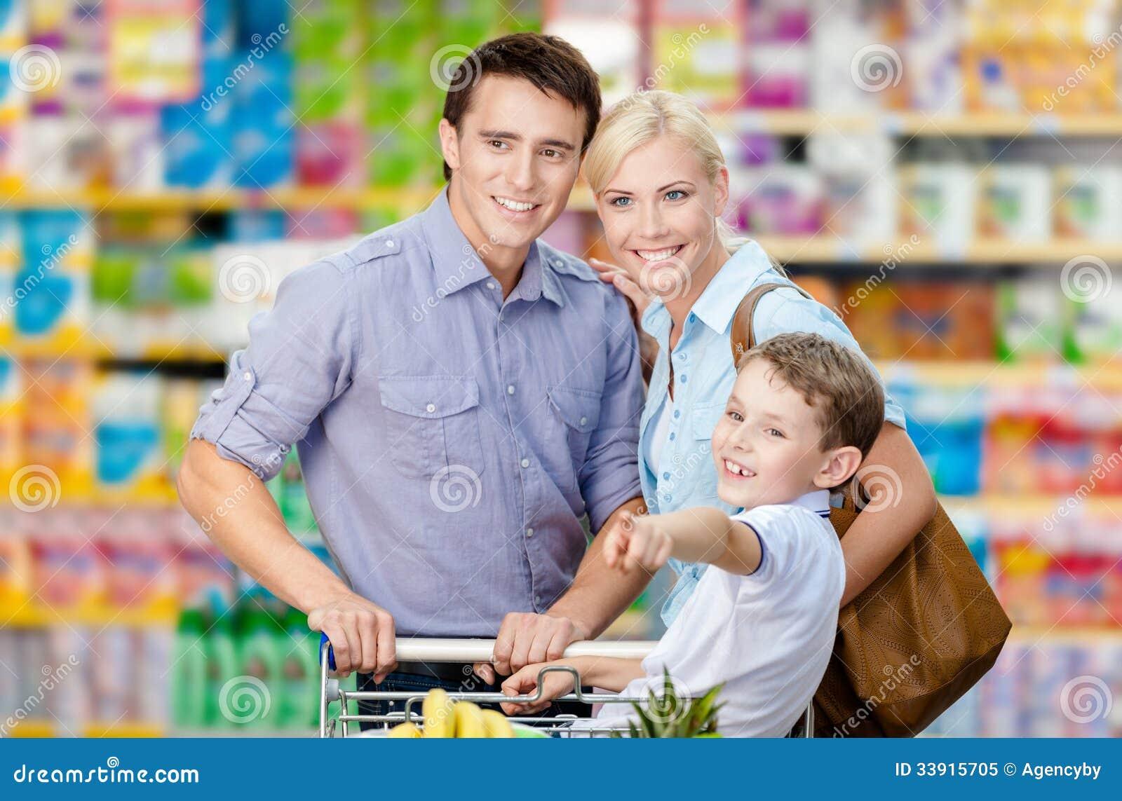 Ritratto di ritratto a mezzo busto della famiglia nel negozio