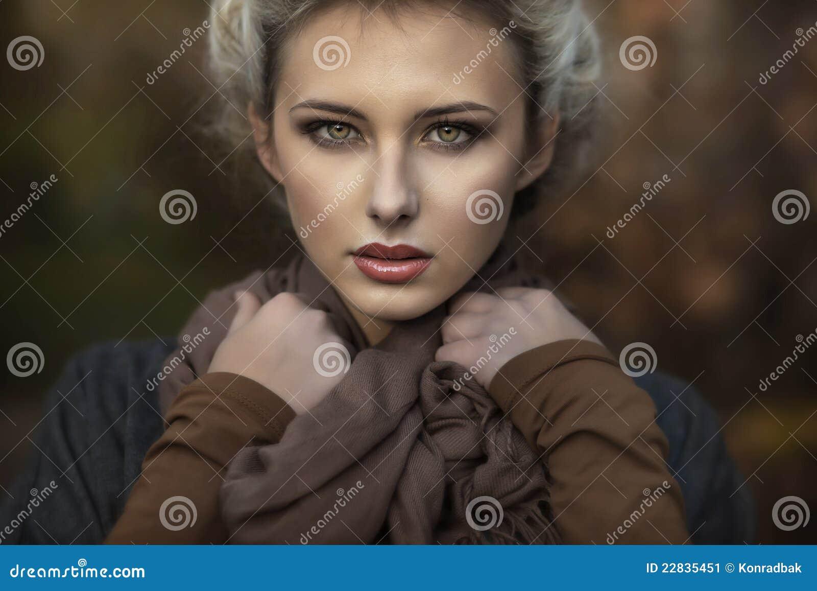 Ritratto di un blondie sveglio
