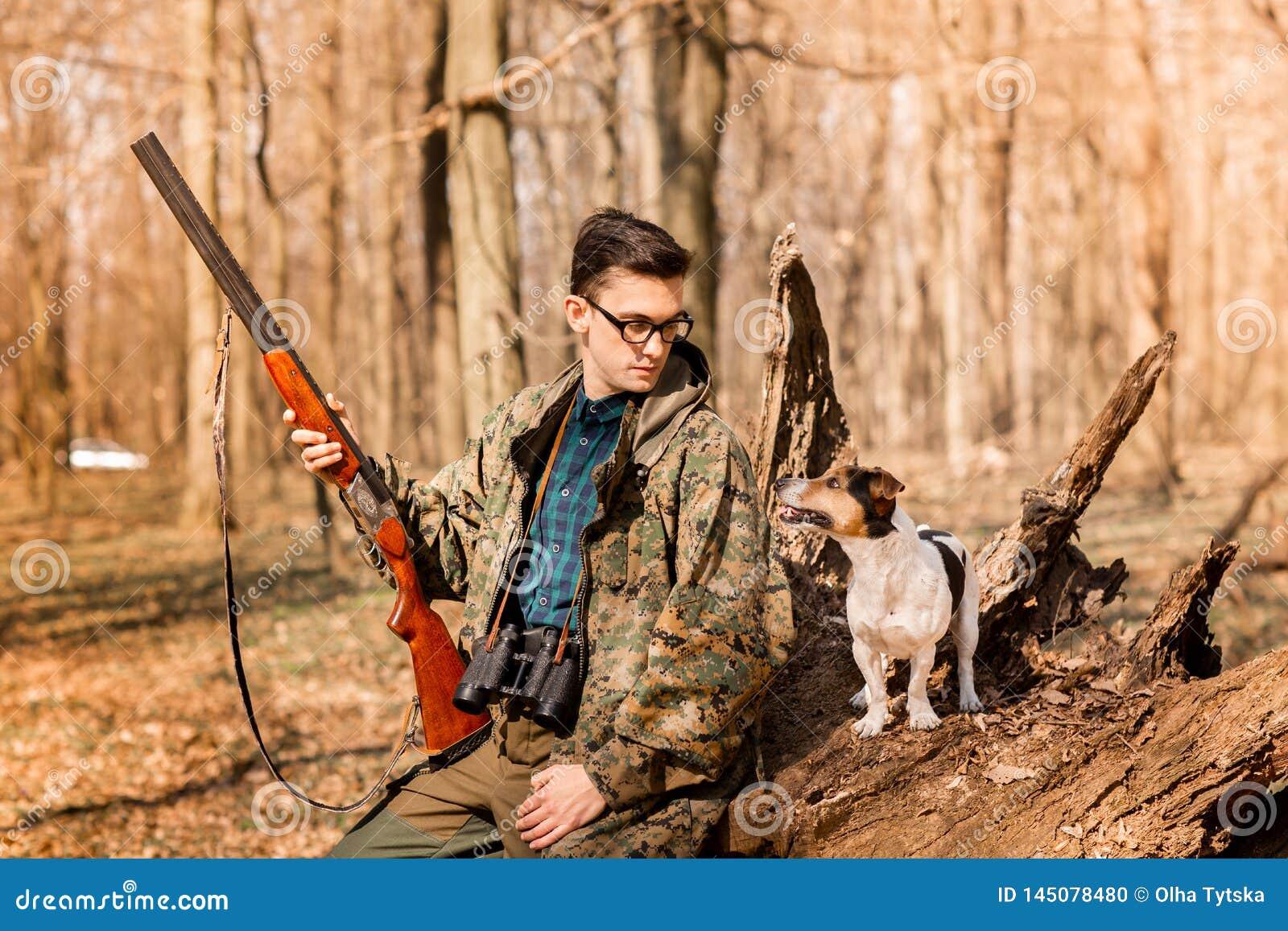 Ritratto di un cacciatore di yang con un cane sulla foresta