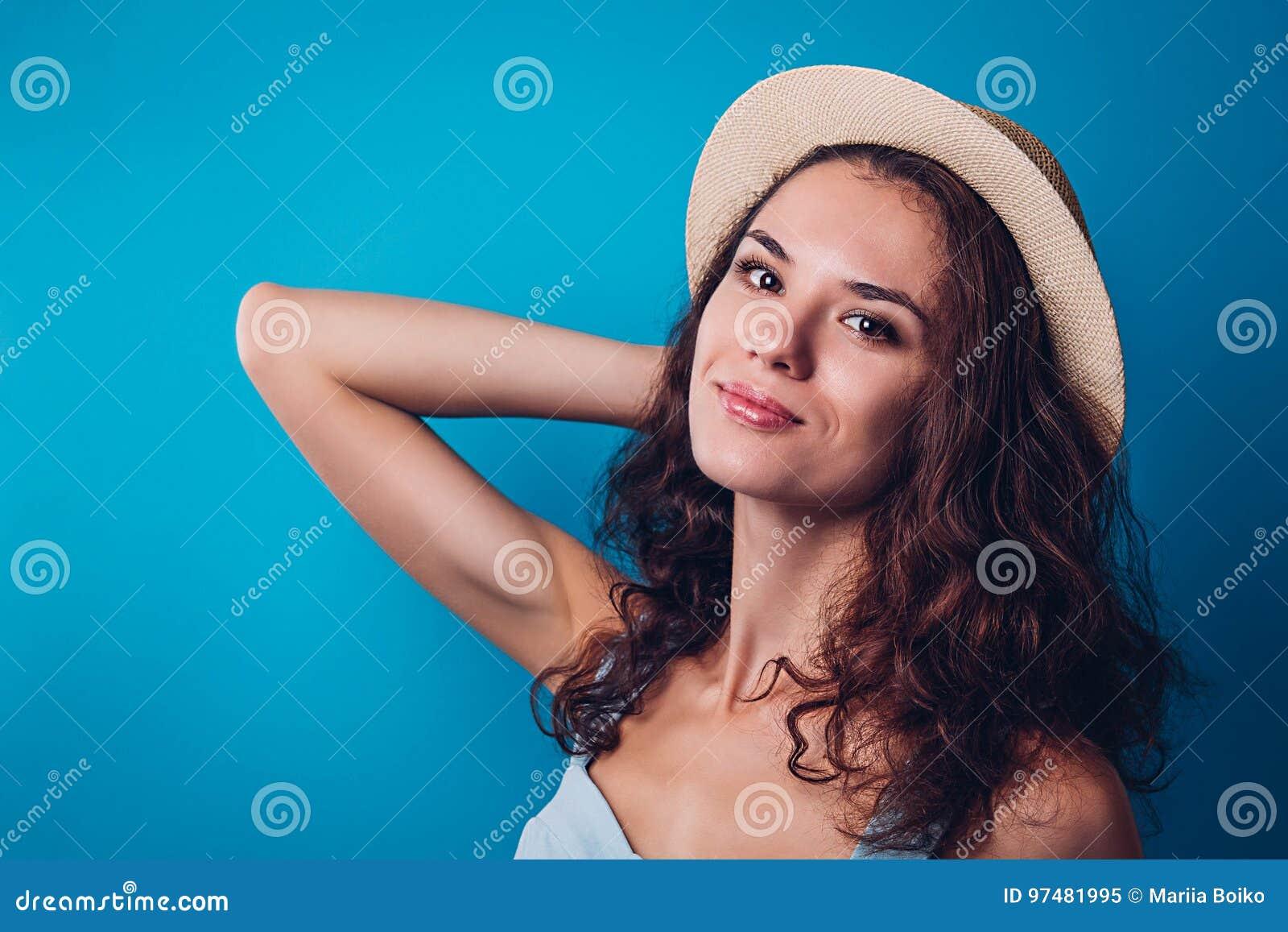 Ritratto di un cappello d uso della donna graziosa