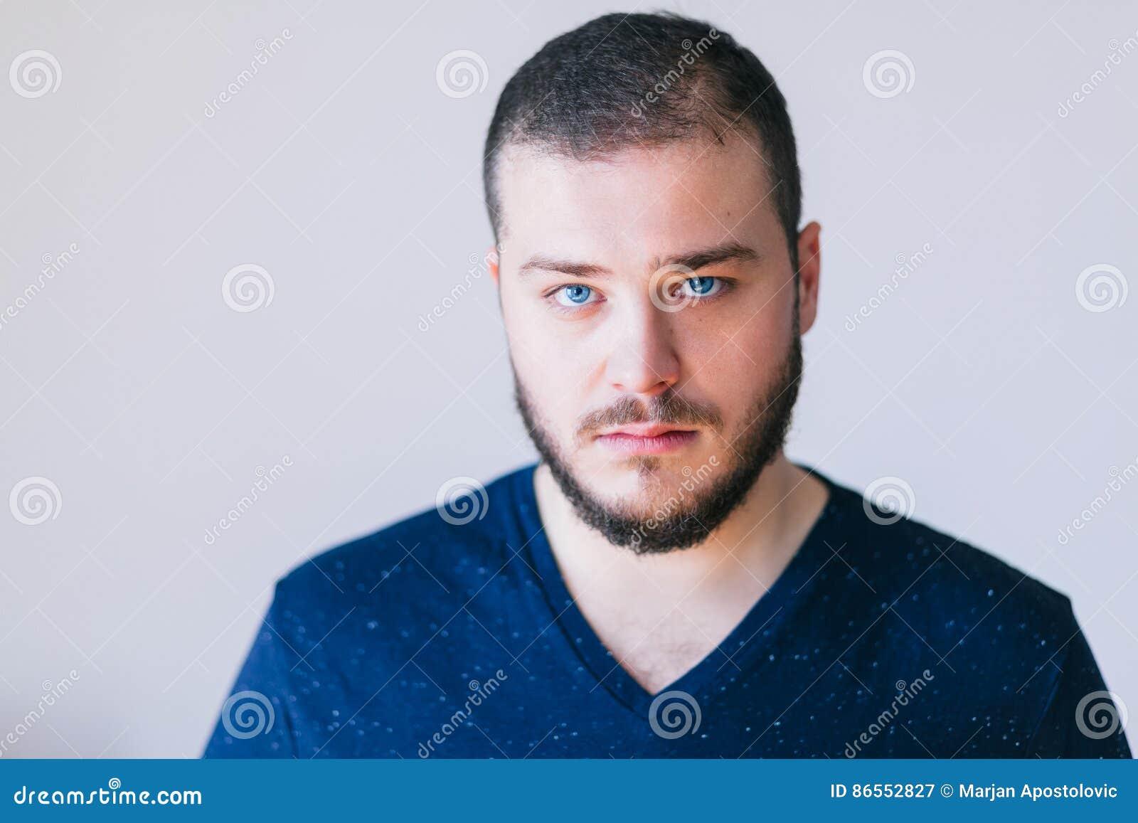 Ritratto di un giovane barbuto bello