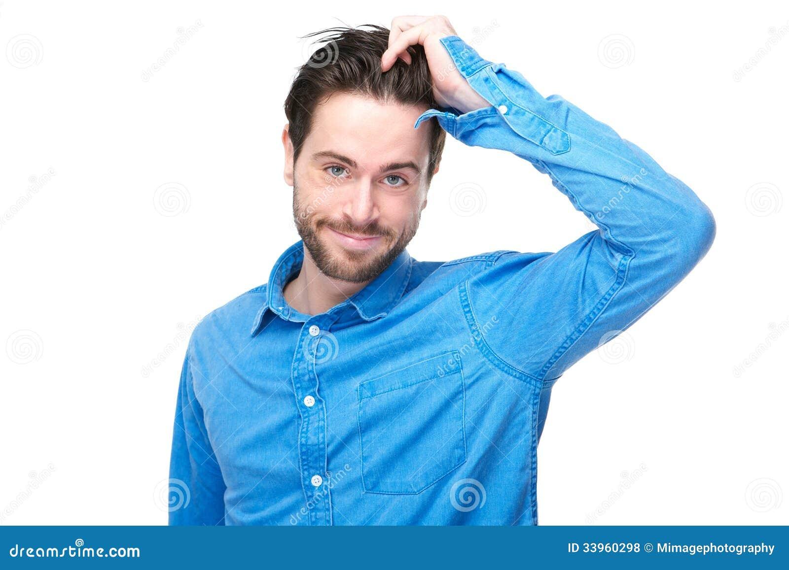 Ritratto di un giovane bello che sorride con la mano in capelli