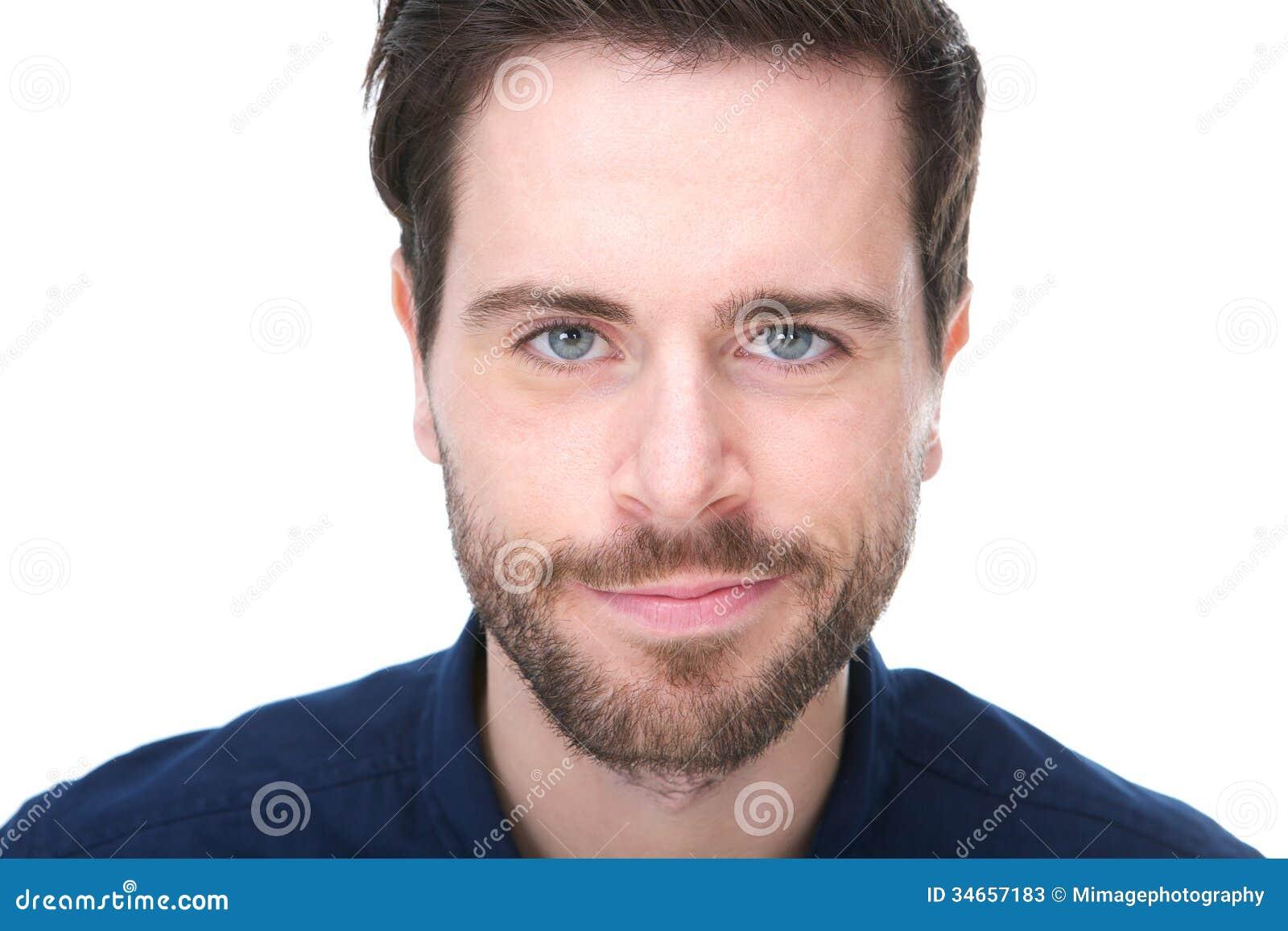 Ritratto di un giovane bello con sorridere della barba