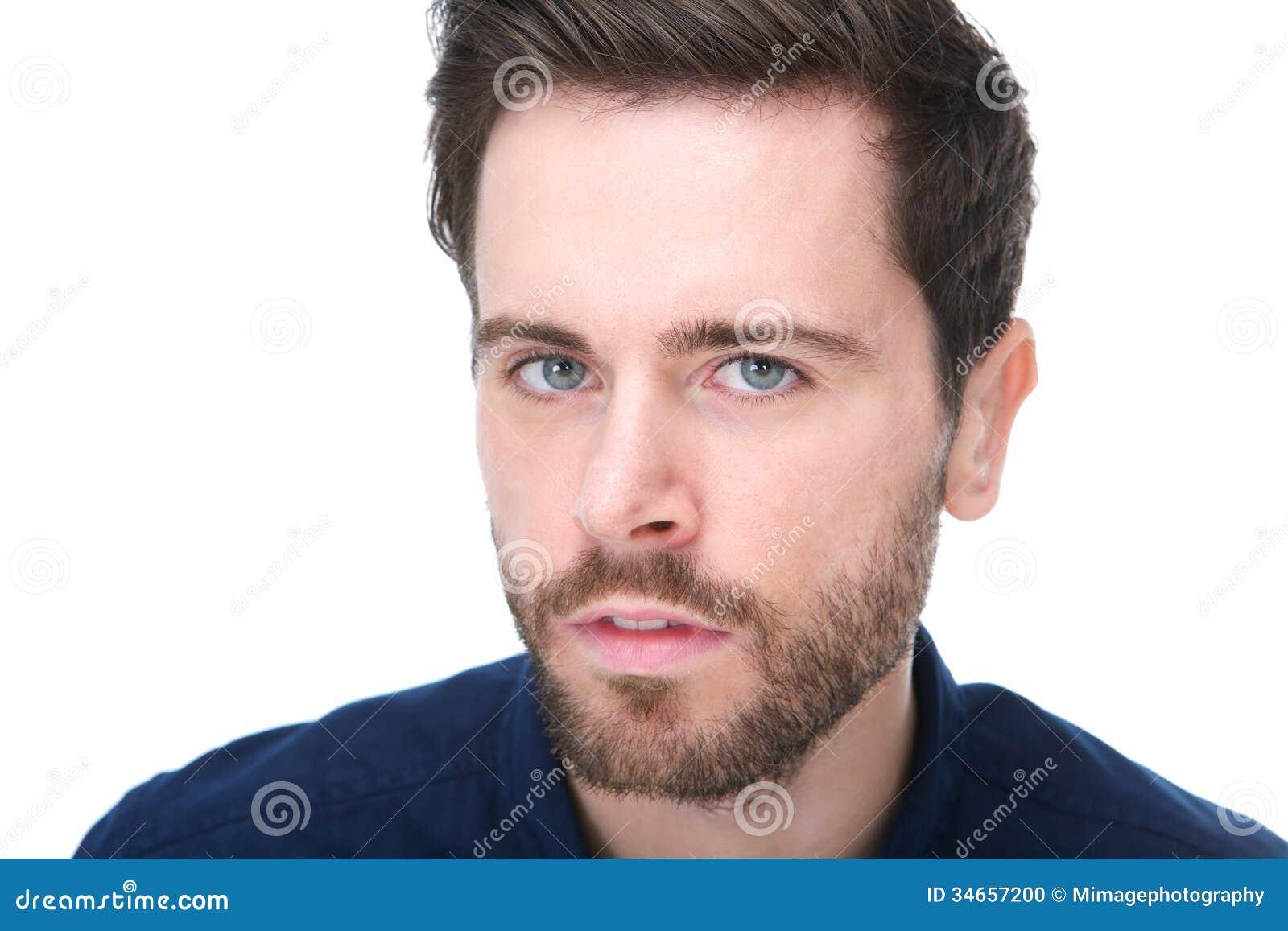 Ritratto di un giovane con la barba che esamina macchina fotografica