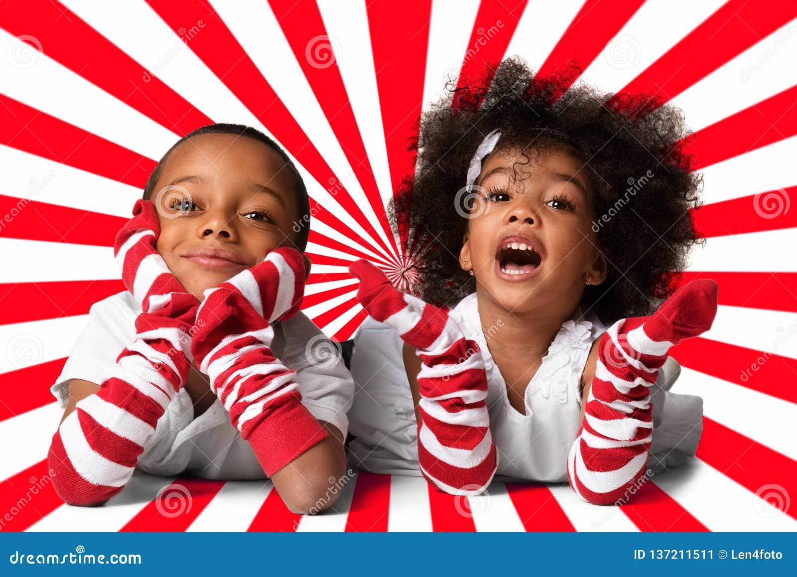 Ritratto di un indicazione afroamericana sveglia prescolare dei bambini Colpo dello studio Due bambini su fondo geometrico
