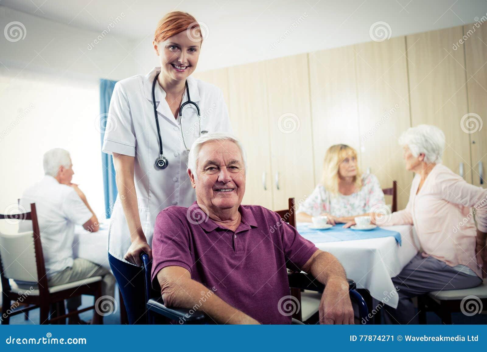 Ritratto Di Un Infermiere Con L 39 Uomo Senior In Sedia A