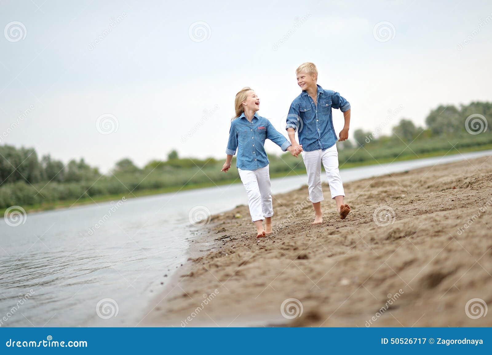 Ritratto di un ragazzo e di una ragazza sulla spiaggia - Colorazione immagine di una ragazza ...