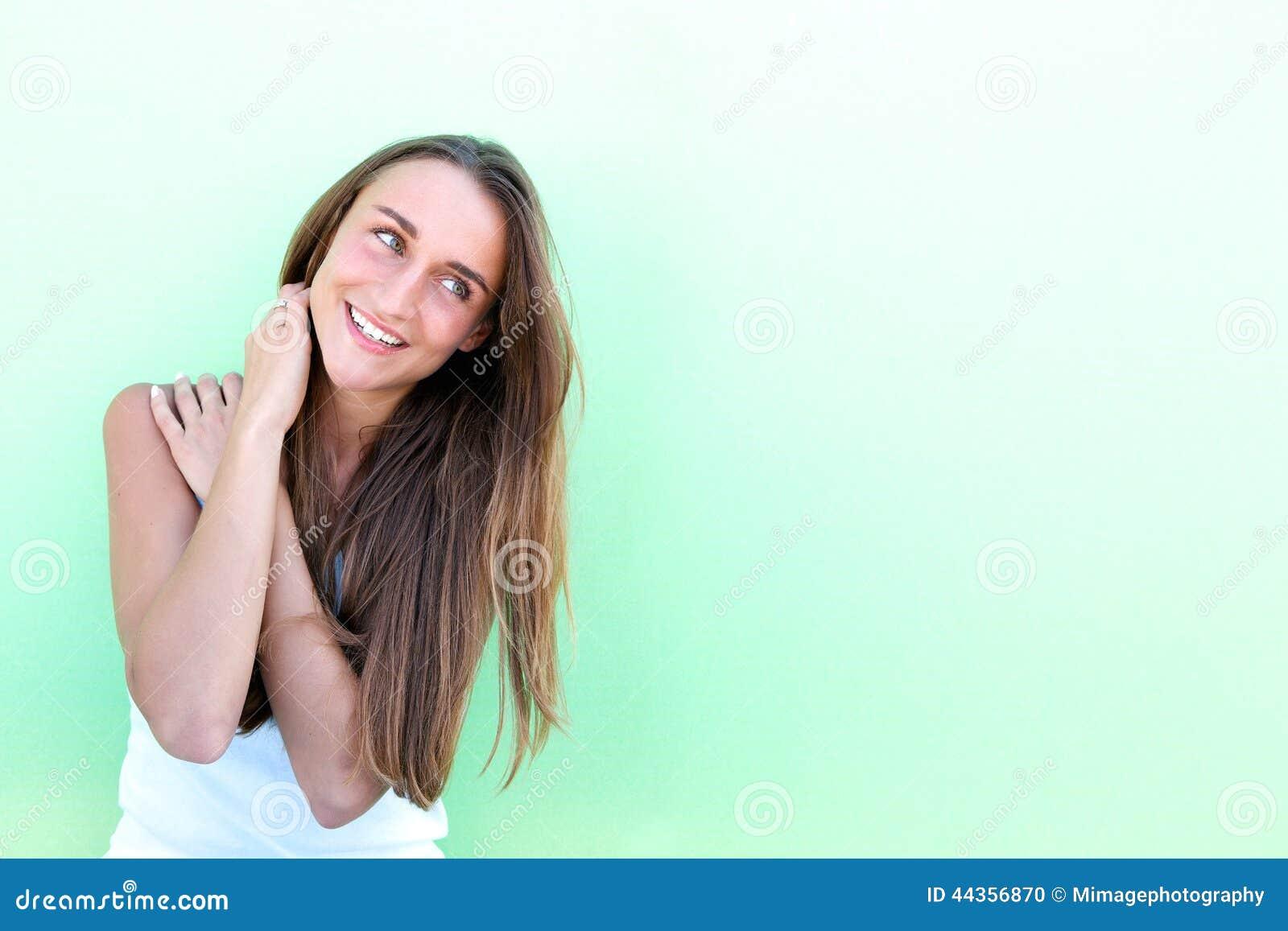 Ritratto di un sorridere amichevole della giovane donna