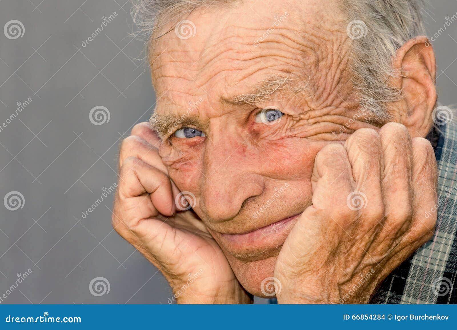 Ritratto di un uomo anziano premuroso
