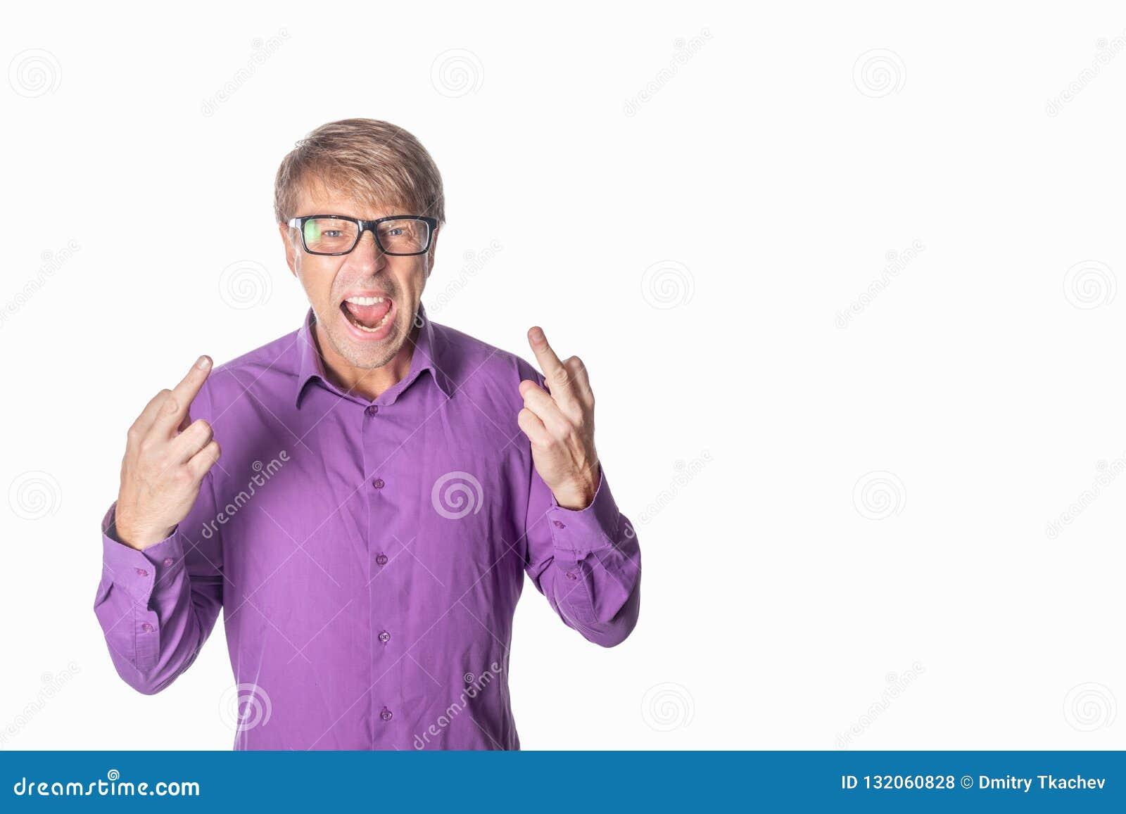 Ritratto di un uomo arrabbiato con i vetri che fissa alla macchina fotografica, dito di manifestazioni e gridante sopra il fondo