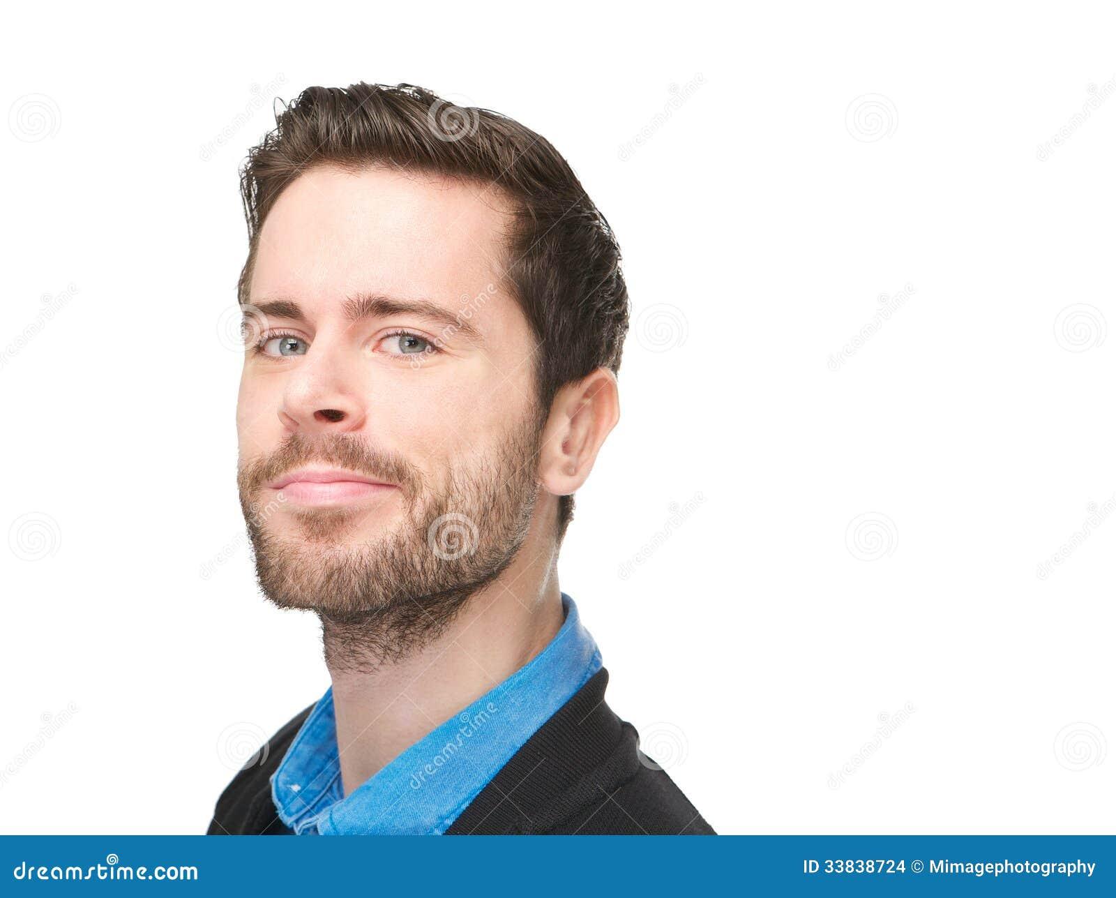 Ritratto di un uomo caucasico attraente con il sorriso sul suo fronte