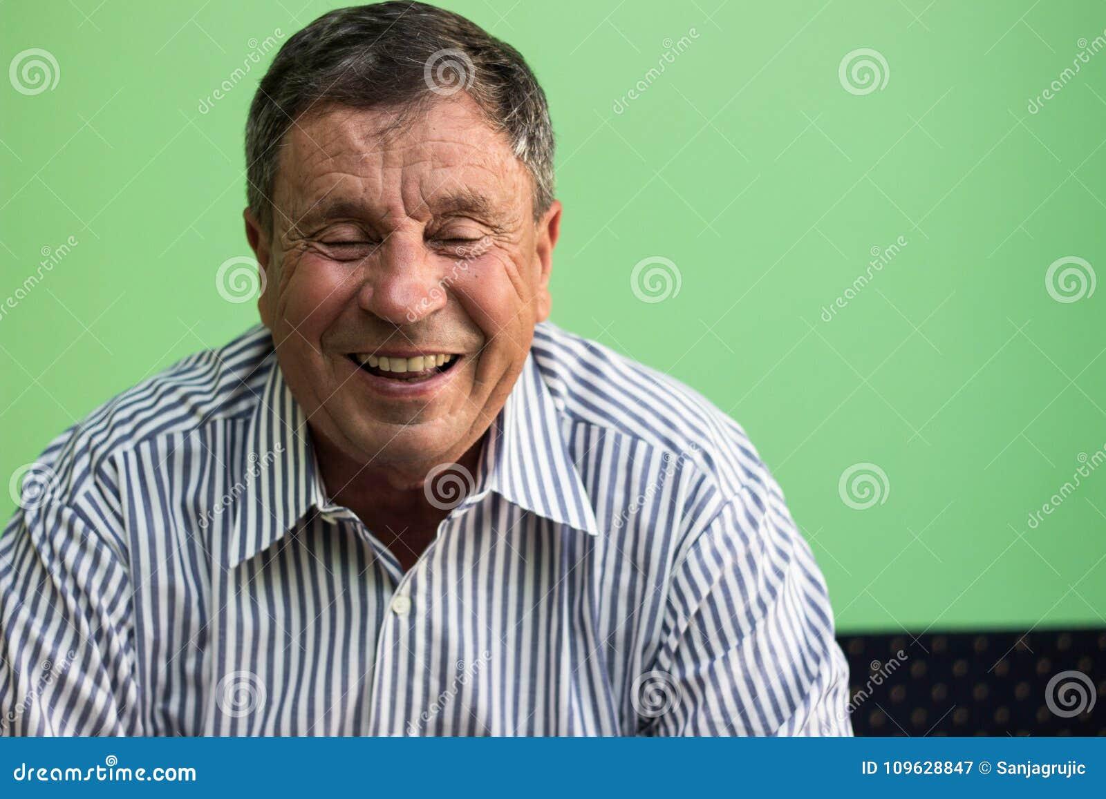 Ritratto di un uomo maggiore sorridente