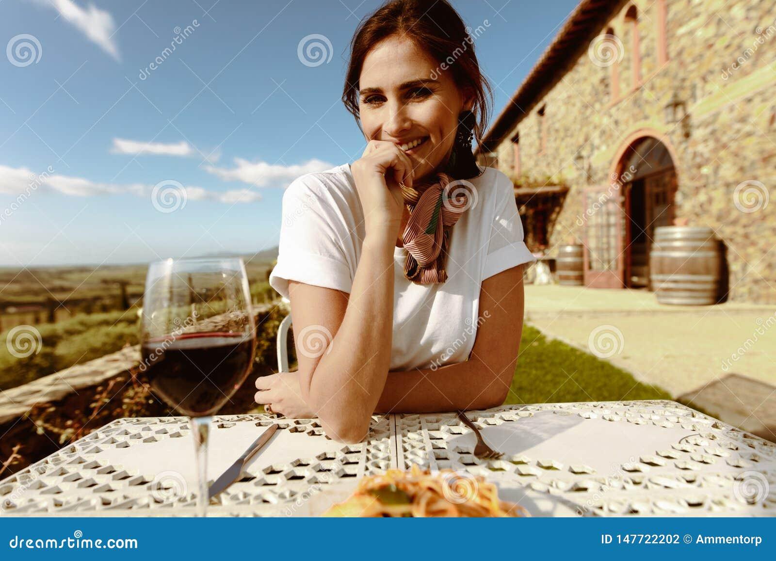 Ritratto di un vino bevente sorridente della donna