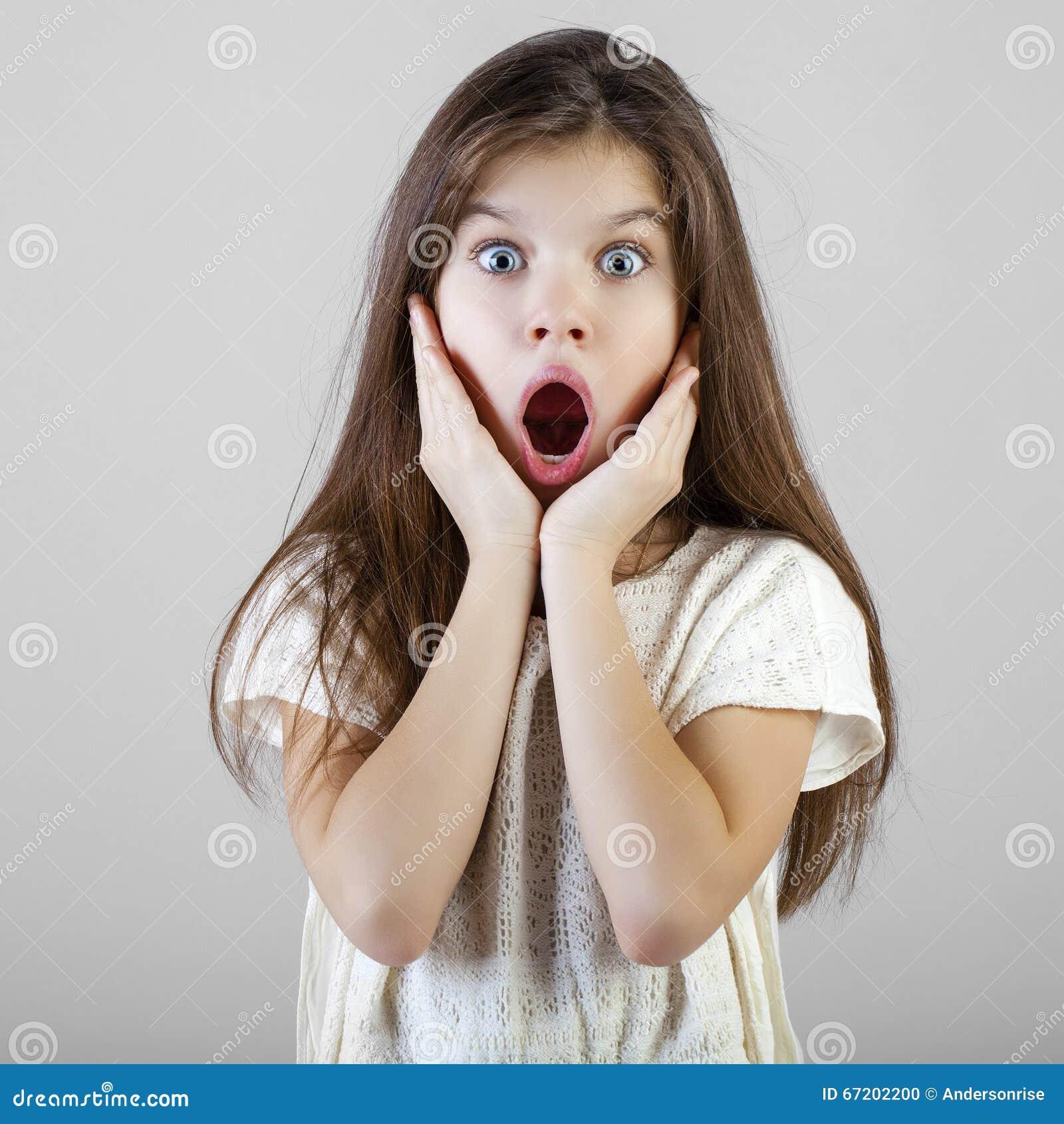 Ritratto di una bambina castana affascinante