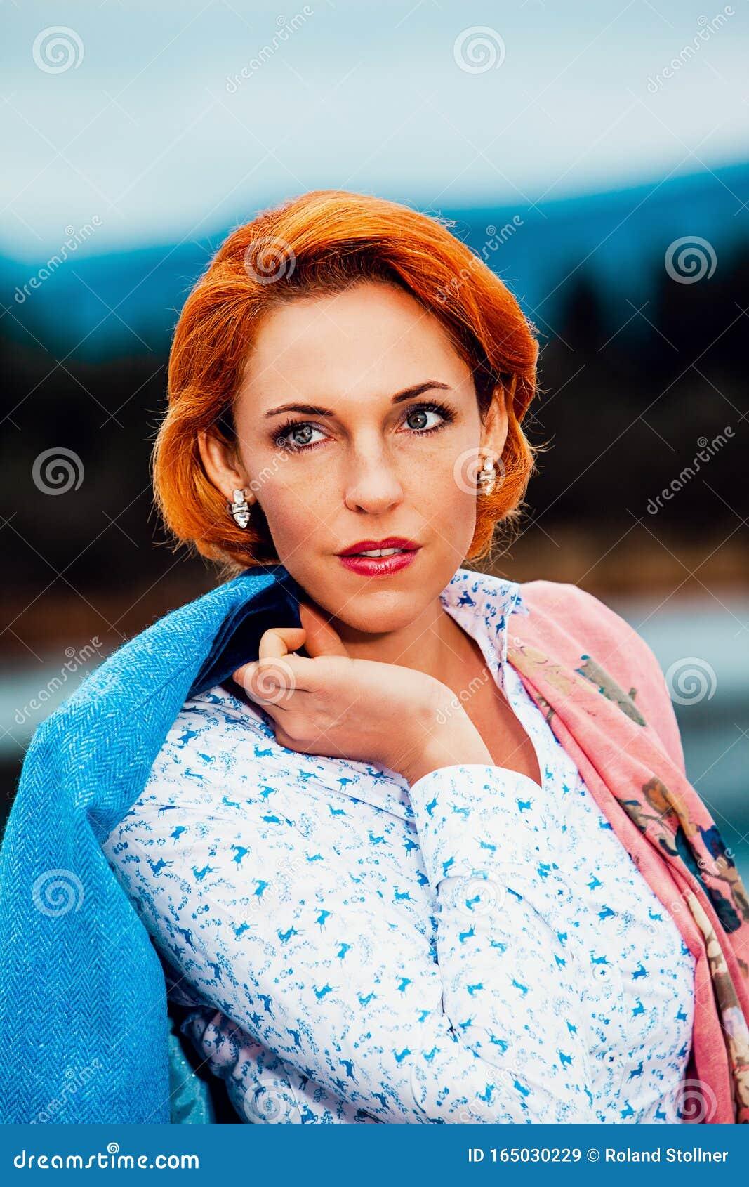 Ritratto Di Una Donna Dai Capelli Rossi Immagine Stock ...
