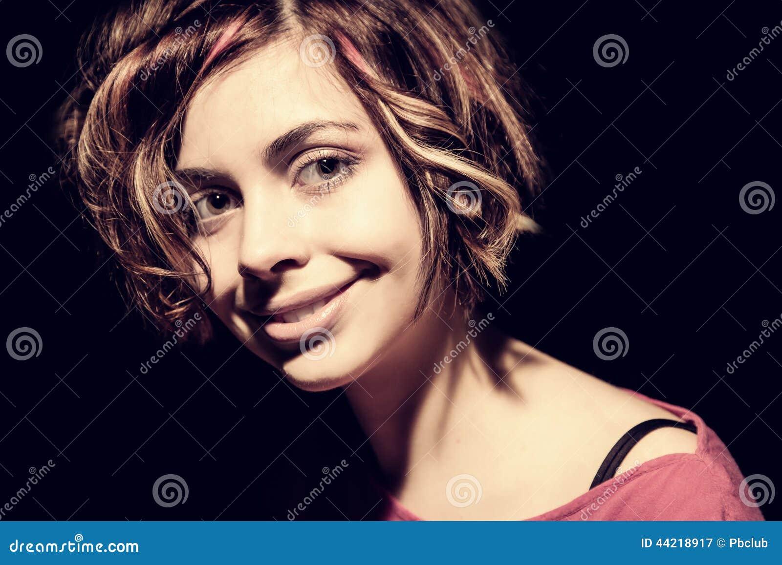 Ritratto di una donna nell illuminazione ad alto contrasto