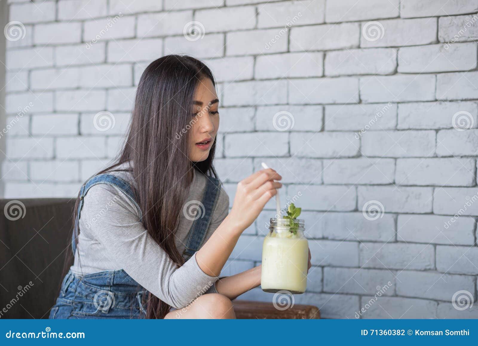 Ritratto di una giovane donna che beve un cocktail