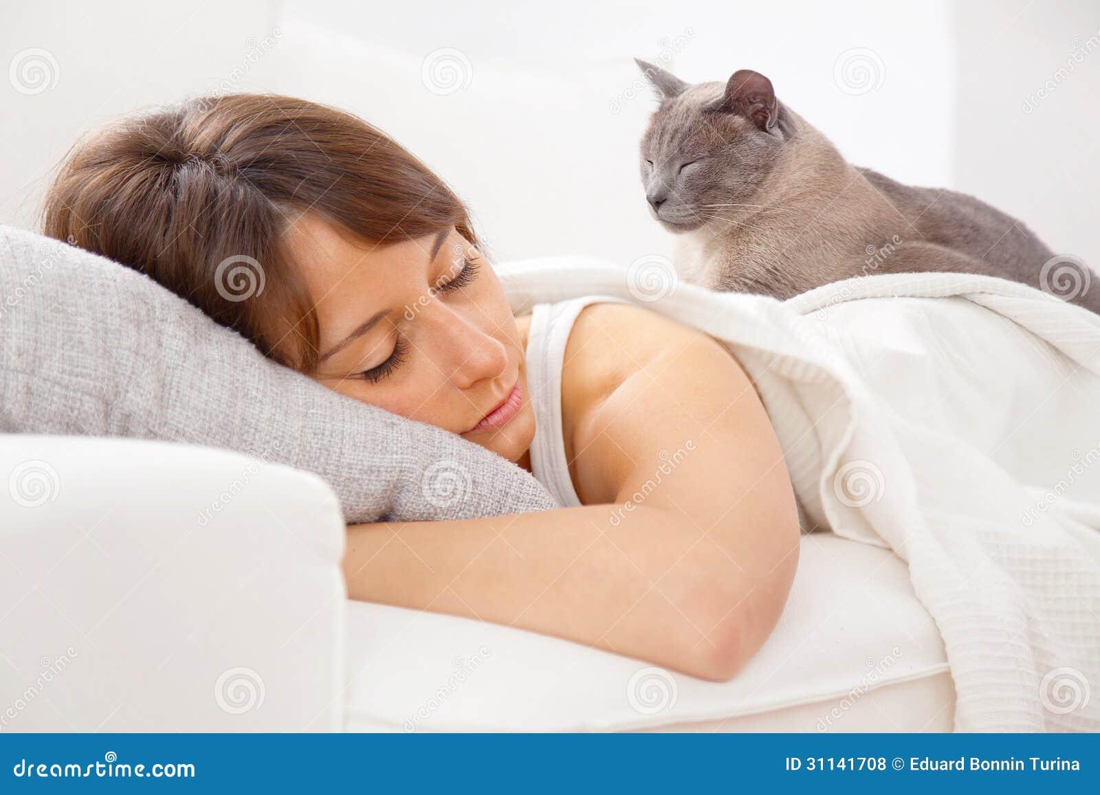 Ritratto di una giovane donna che dorme sul letto - Giochi da baciare sul letto ...