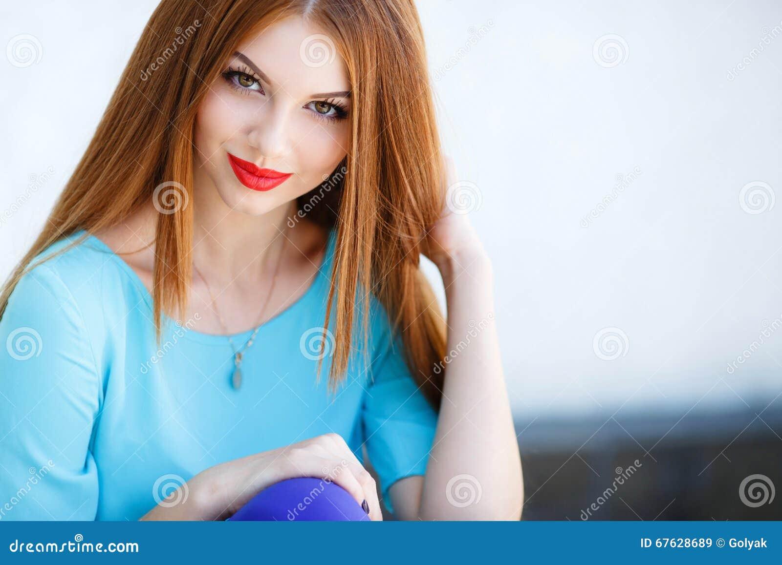 Ritratto Di Una Giovane Donna Con Capelli Rossi Immagine ...
