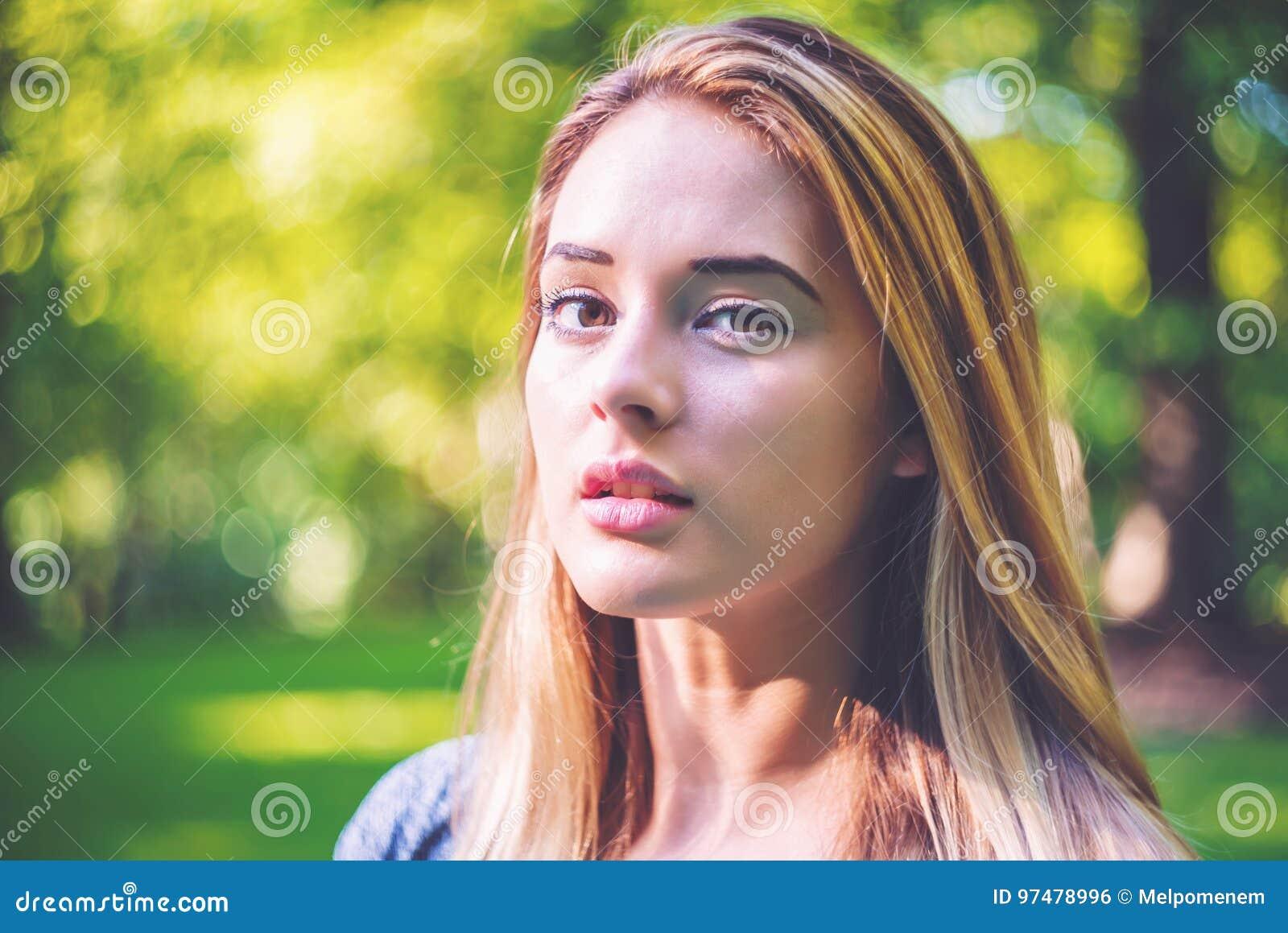Ritratto di una giovane donna fuori un giorno di estate