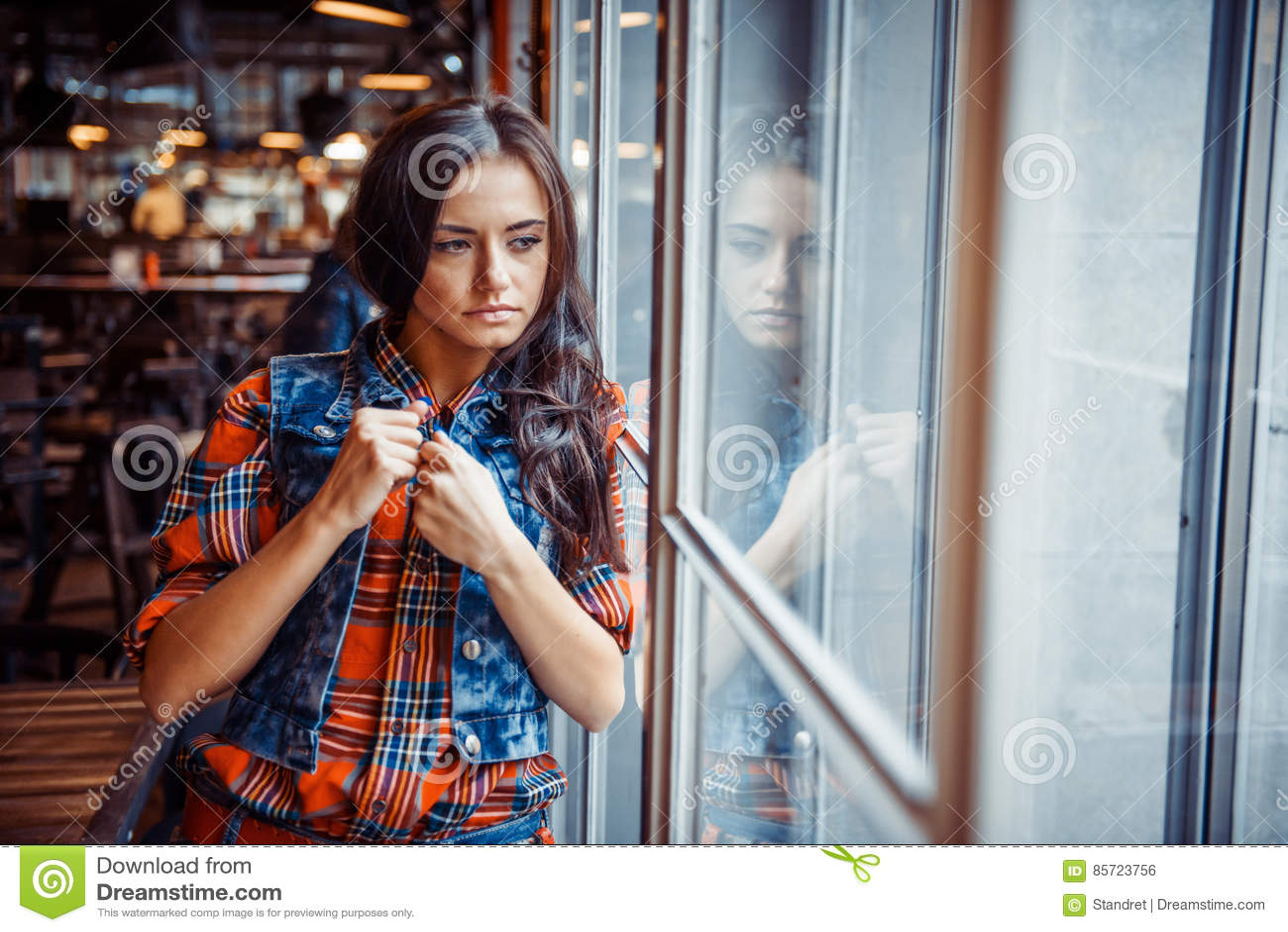 Ritratto di una ragazza alla finestra arte che elabora e for Ragazza alla finestra quadro