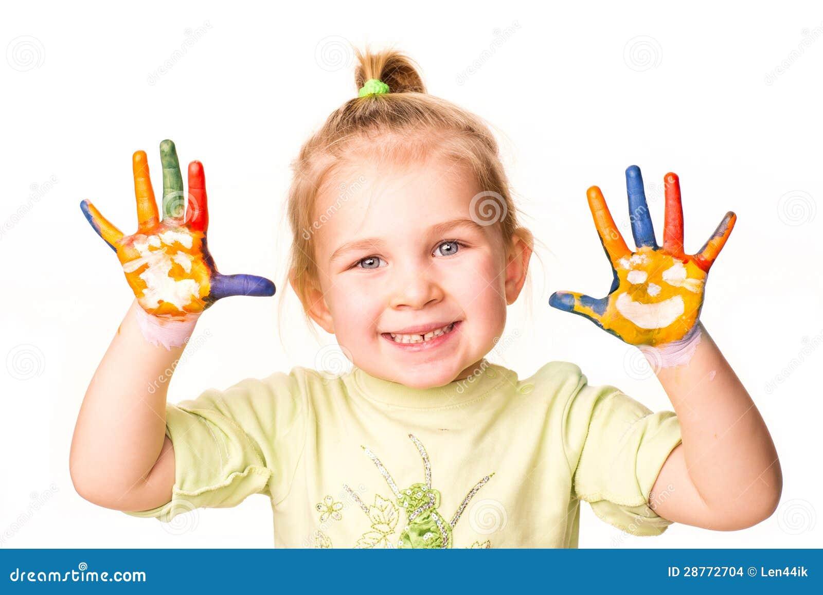 Ritratto di una ragazza allegra felice che mostra le sue - Immagine di una ragazza a colori ...