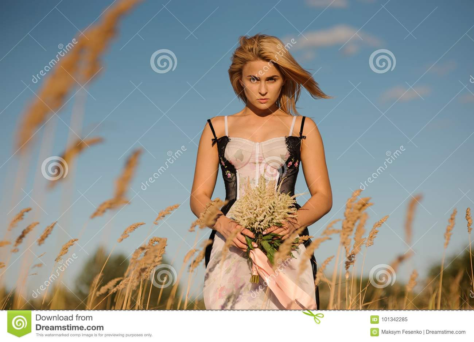 Ritratto di una ragazza bionda in una biancheria sul campo - Colorazione immagine di una ragazza ...
