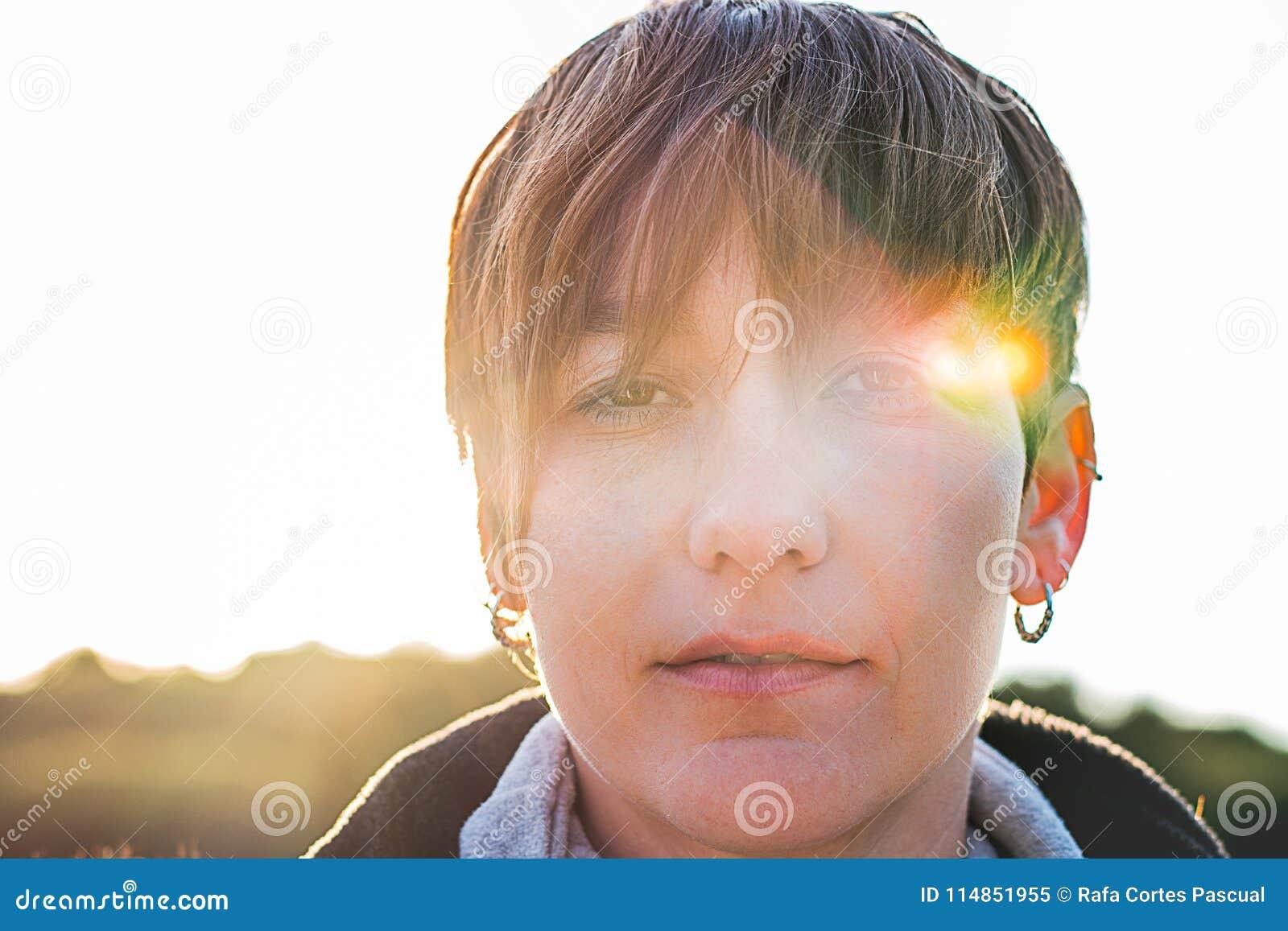 Ritratto di una ragazza con i capelli di scarsità e l espressione seria