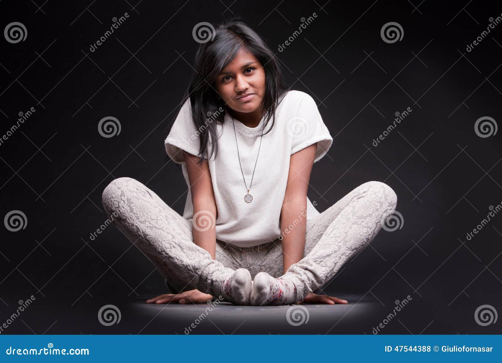 Ritratto di una ragazza indiana accovacciata fotografia - Colorazione immagine di una ragazza ...