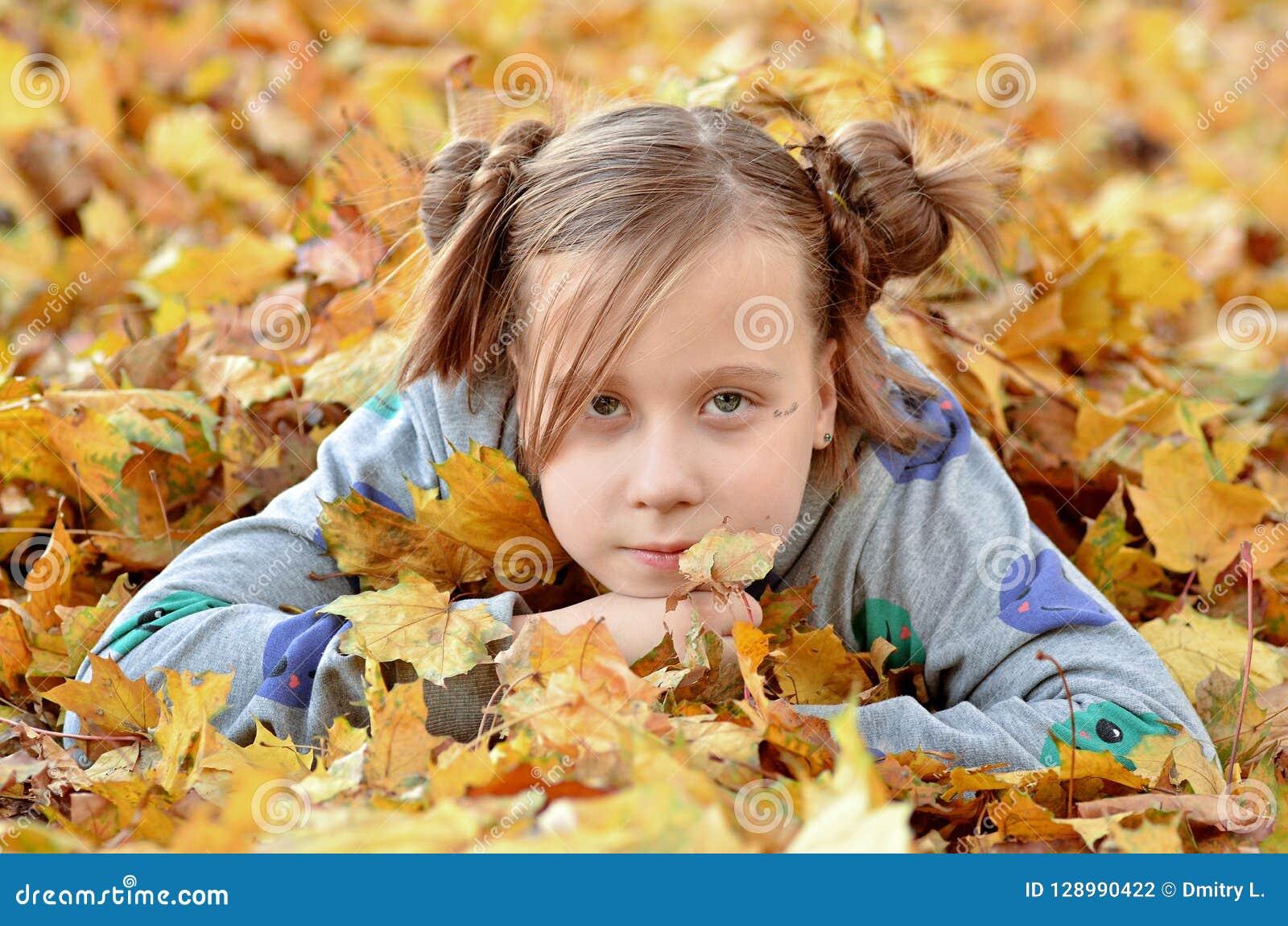 Ritratto di una ragazza nella stagione di autunno