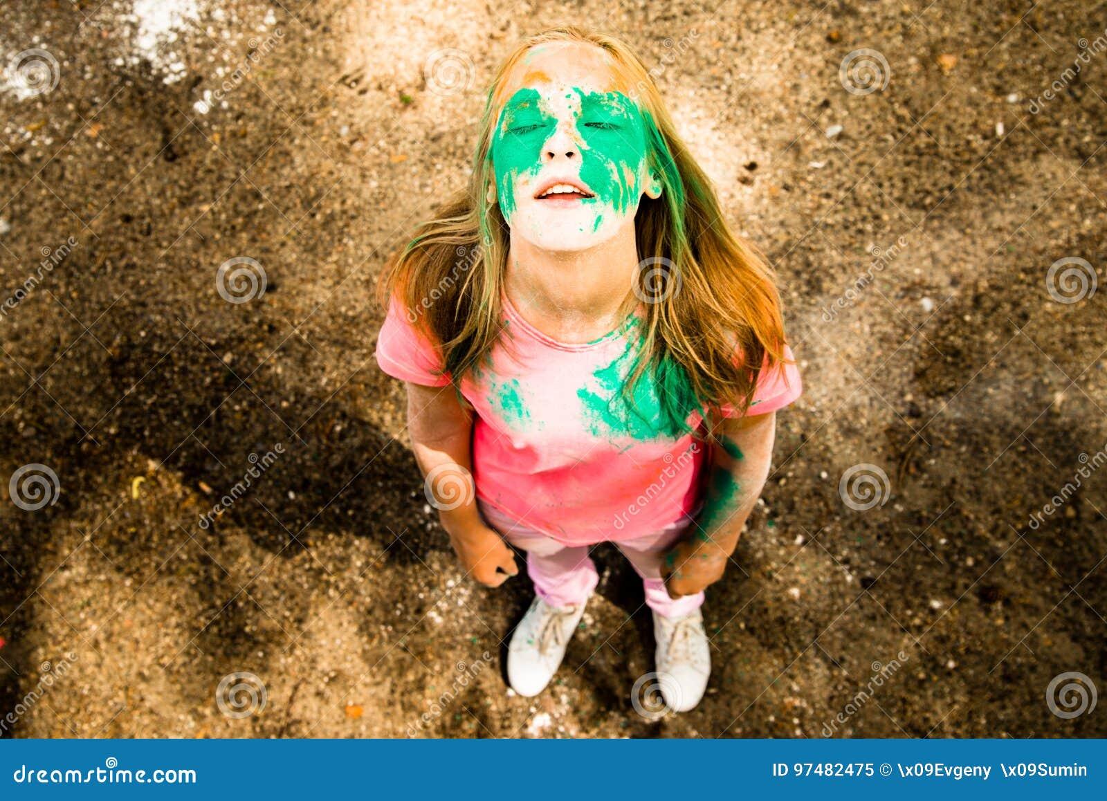 Ritratto di una ragazza per il festival indiano dei colori Holi