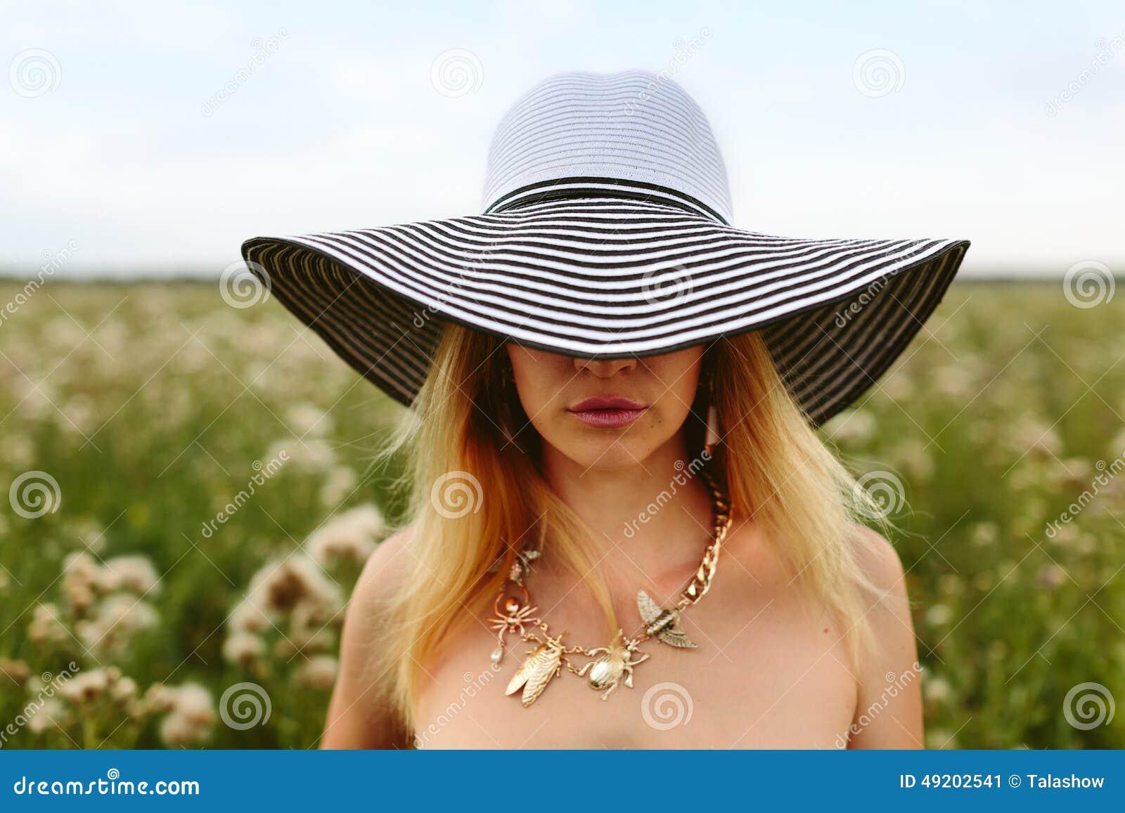 Ritratto di una ragazza in un cappello