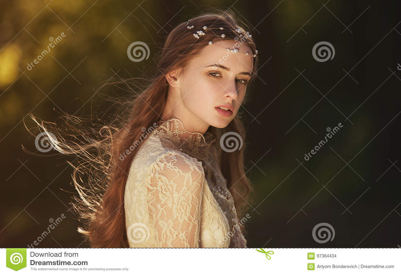 Ritratto di una ragazza vaga sveglia che porta retro blusa e gonna all aperto Tonalità morbida dell annata