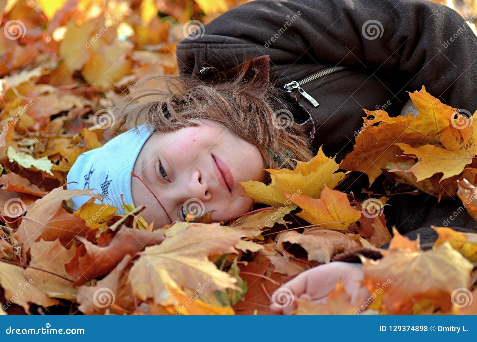 Ritratto di una ragazza di Yong nella stagione di autunno