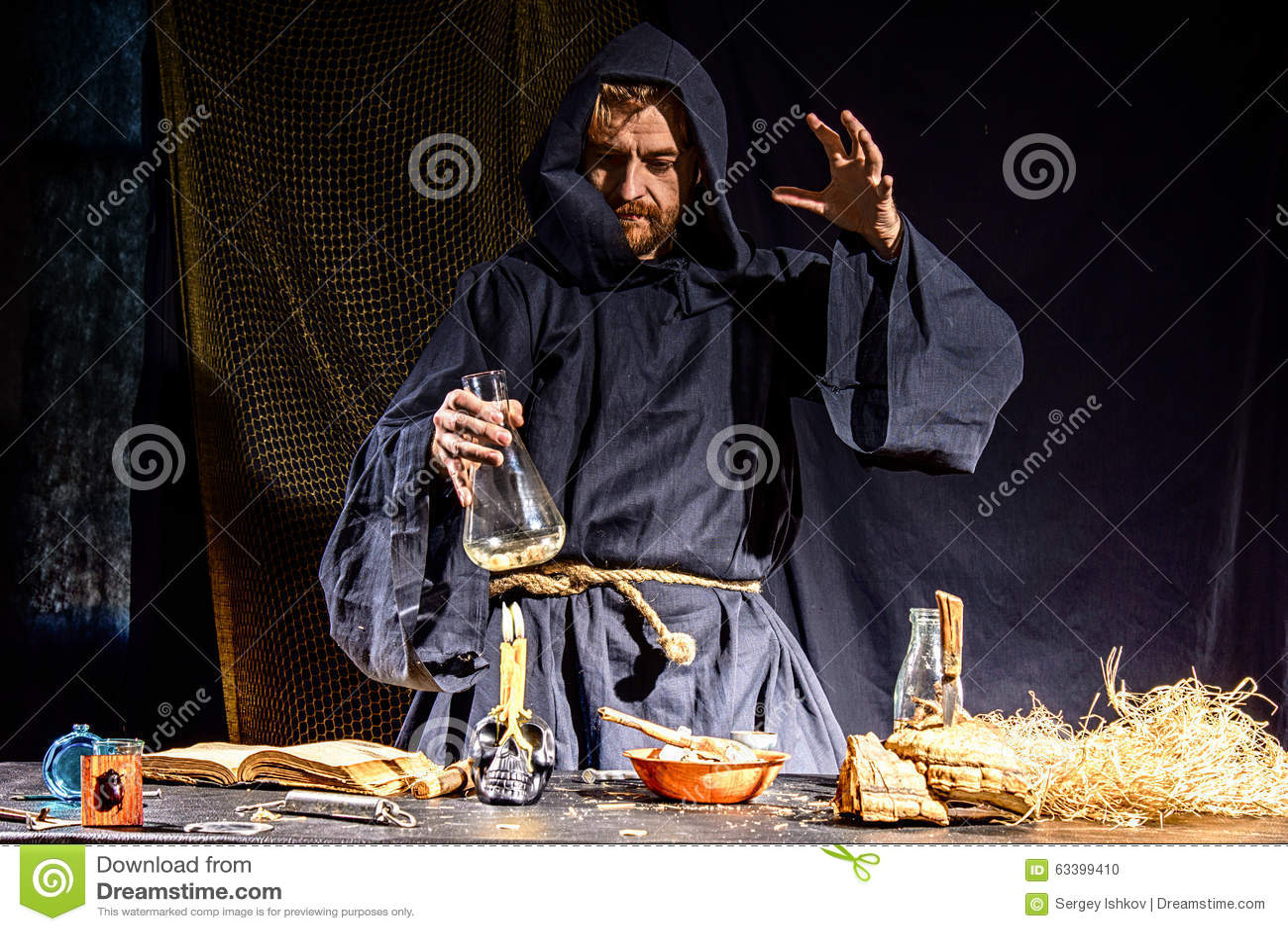 Ritratto di uno scienziato medievale pazzo che lavora nel - Foto di uno shamrock ...
