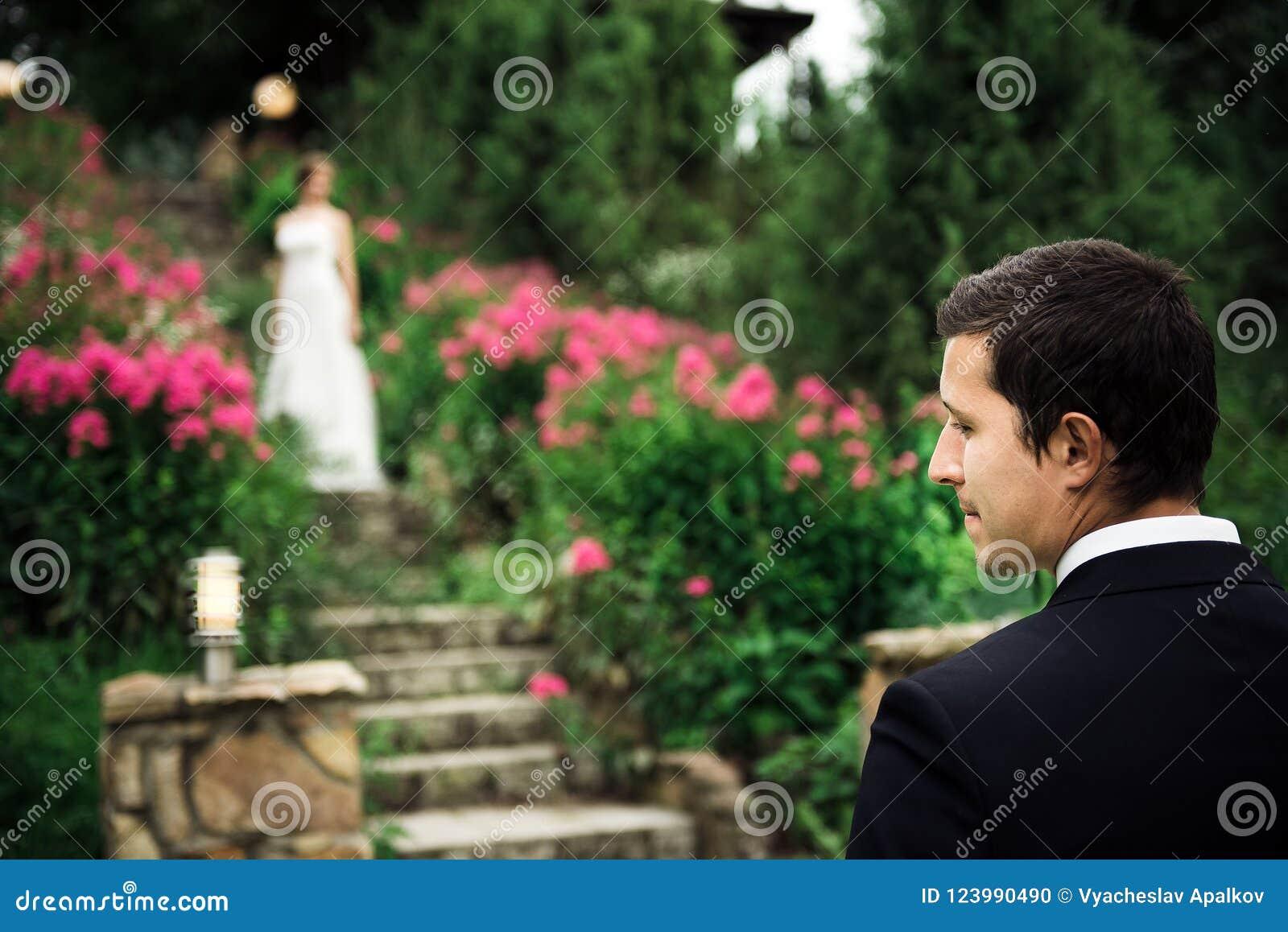 Ritratto di uno sposo felice che aspetta la sua sposa