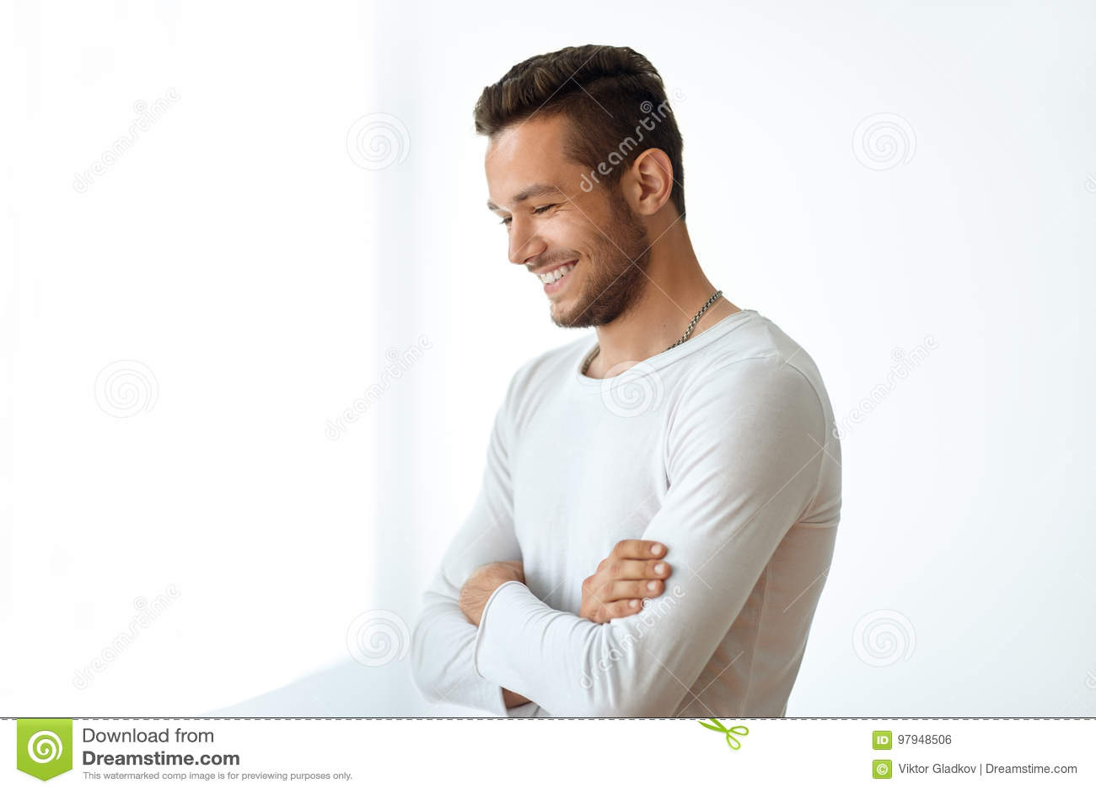 Ritratto di vista laterale dell uomo bello sorridente su fondo bianco