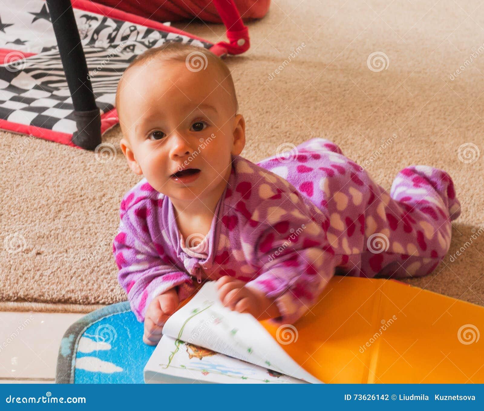 Ritratto divertente del bambino sveglio con il libro