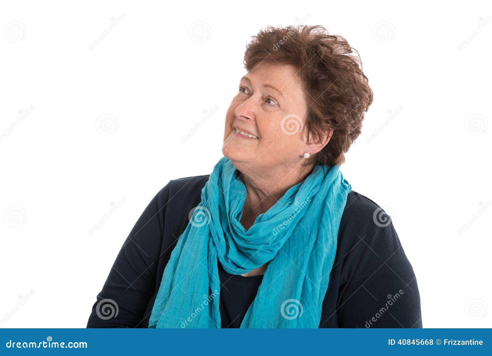 Ritratto: donna più anziana isolata sopra bianco che sorride fino al testo