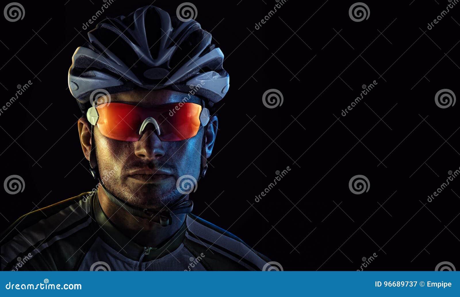 Ritratto drammatico del primo piano del ciclista