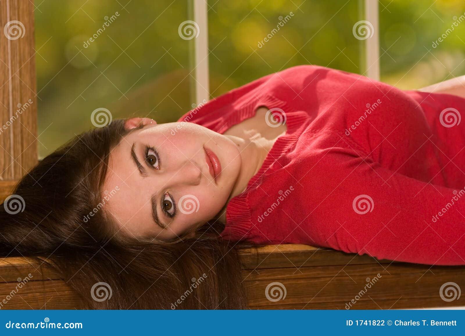 Ritratto femminile che si trova nel davanzale della finestra fotografia stock immagine di full - Finestra che non si chiude ...