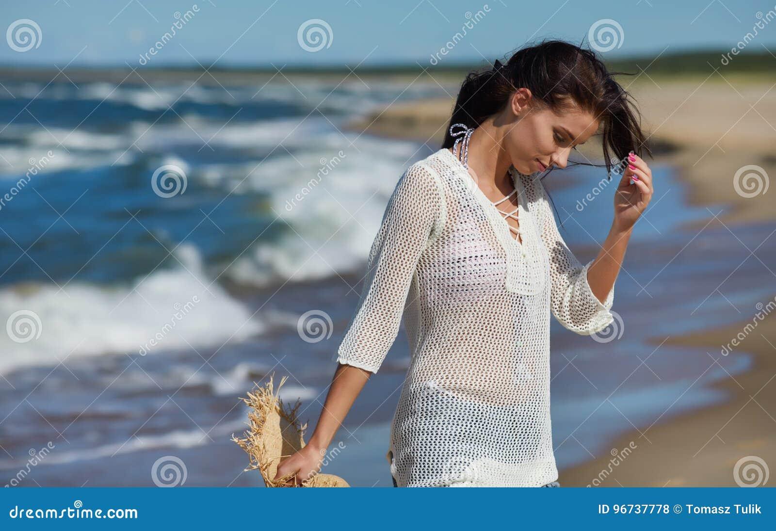 Ritratto integrale di una giovane donna in breve che cammina sulla b