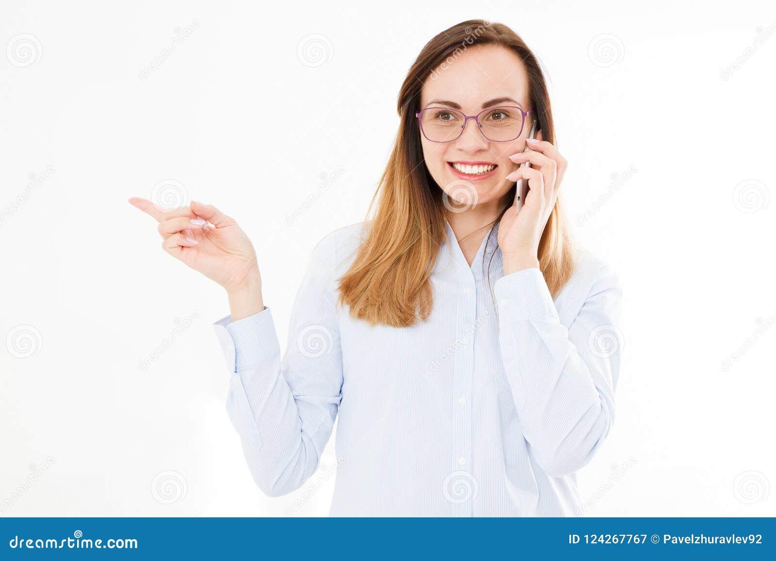 Ritratto isolato della ragazza di affari con lo smartphone Donna che tolking sul telefono e sui punti con la sua mano Giovane ges