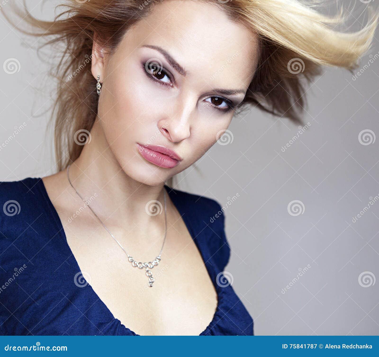 Ritratto magnifico di bella giovane donna
