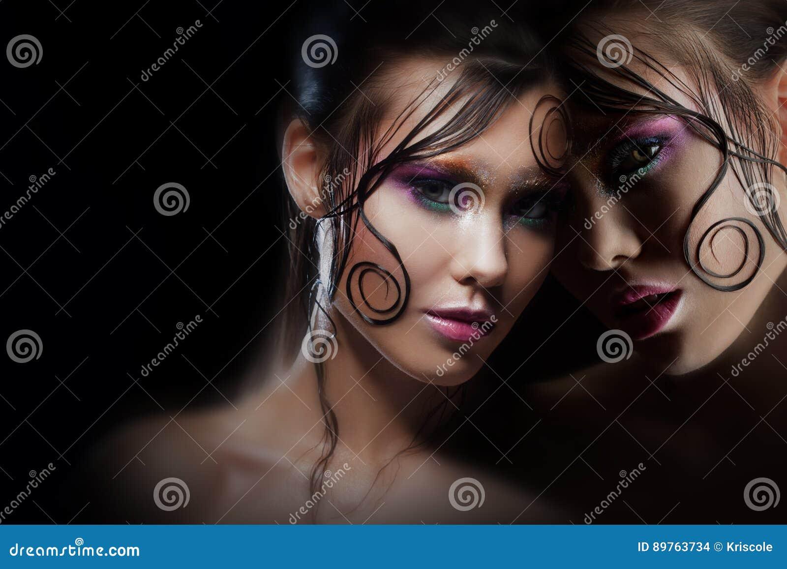 1b96517a83dc Ritratto misterioso con la riflessione Alter ego Ragazza con trucco luminoso  e capelli bagnati