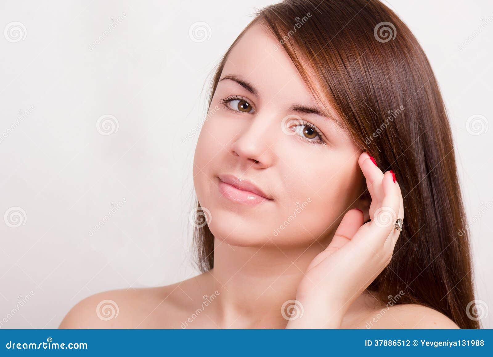 Ritratto naturale di bella giovane donna