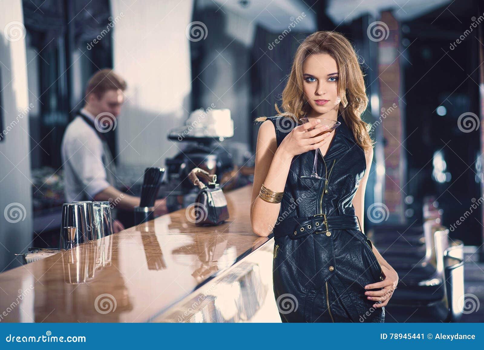 Ritratto romantico della donna bionda del elegand, in una barra di lusso