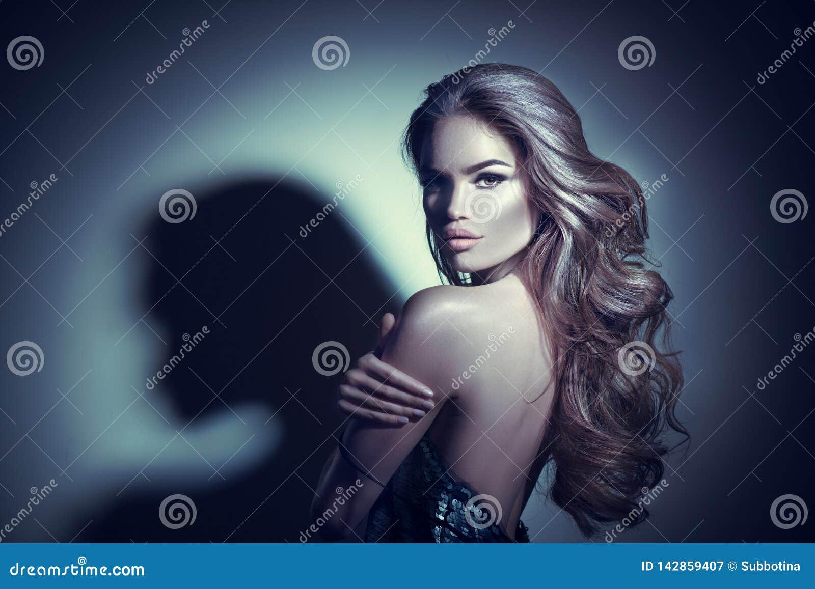Ritratto sexy della giovane donna Ragazza castana seducente che posa nell oscurità Signora di fascino di bellezza con capelli ric