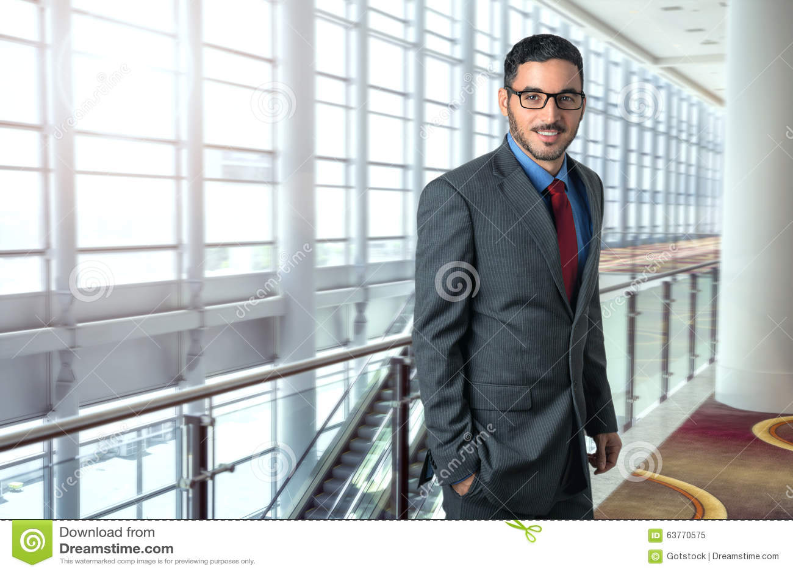 Ritratto sicuro tagliente di viaggio dell uomo di affari riuscito nel CEO dirigente del posto di lavoro dell ufficio dell aeropor