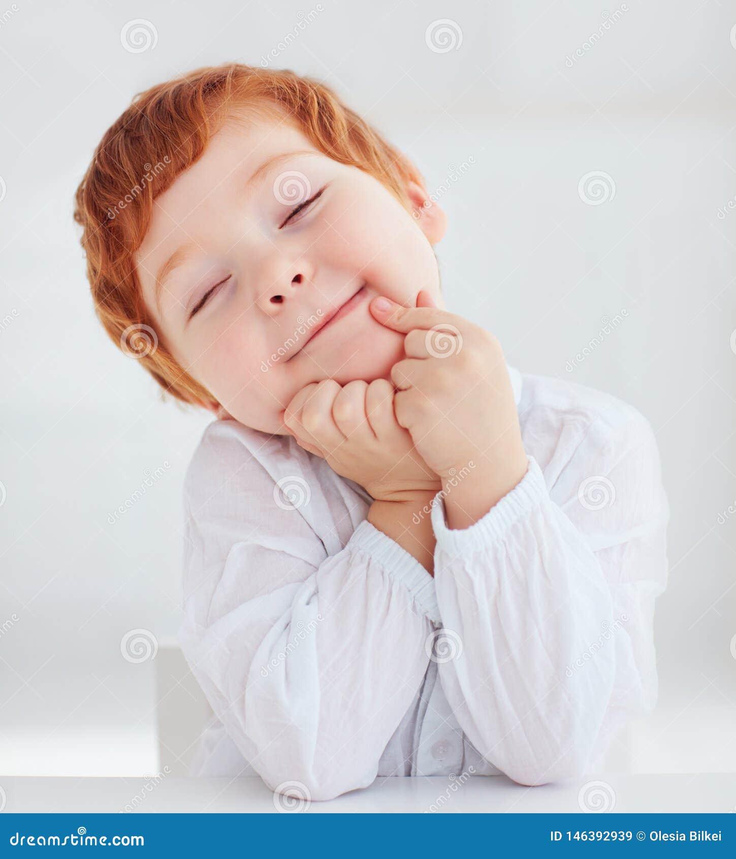 Ritratto sincero del neonato sveglio del bambino della testarossa